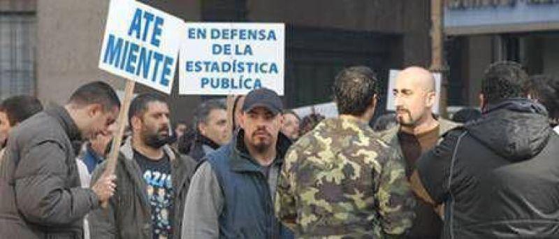La patota de Moreno dijo presente en el abrazo al INDEC