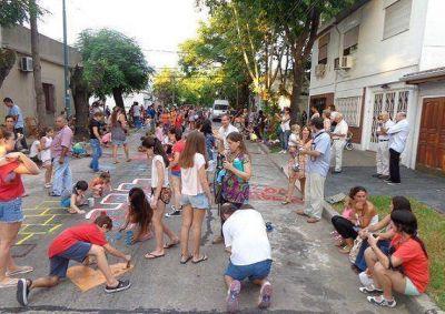 """Los vecinos de Vicente López coparon la calle con un """"veredazo"""""""