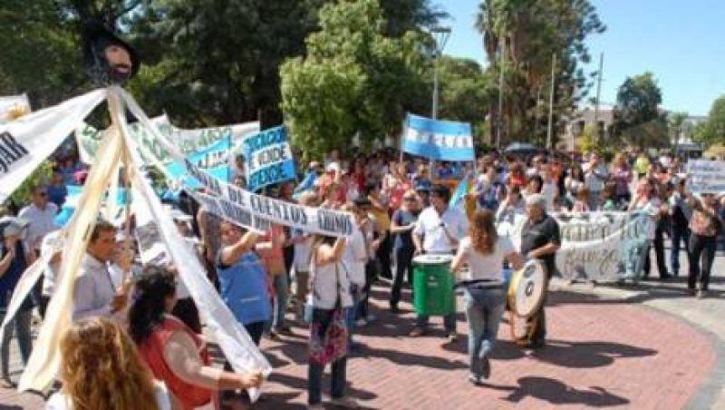 La marcha de ADUCA incluyó también un reclamo por la OSEP