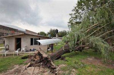 Un tornado arrancó techos e hizo volar un auto en Berazategui