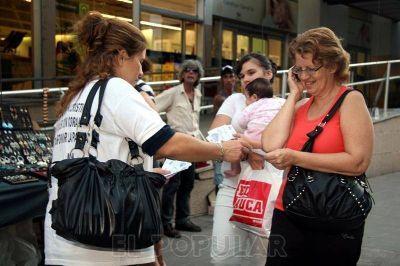 Militantes recorren supermercados para controlar precios