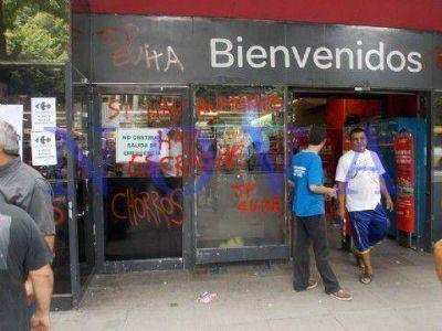 """Escrache del Movimiento Evita al Carrefour de La Plata con el lema: """"No permitas que te roben"""""""
