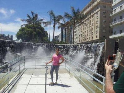 El monumento a las Cataratas en Buenos Aires nuevamente atrae a miles de visitantes