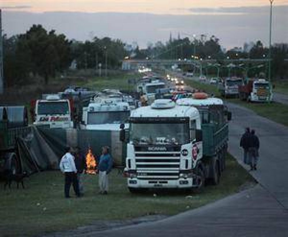 Camioneros profundizó el bloqueo contra Siderar e interviene el Gobierno