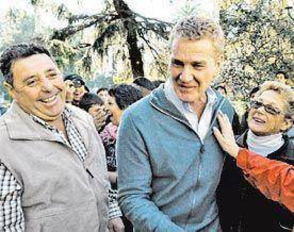 Con insultos y huevazos empañaron la caminata a De Narváez y De Angeli