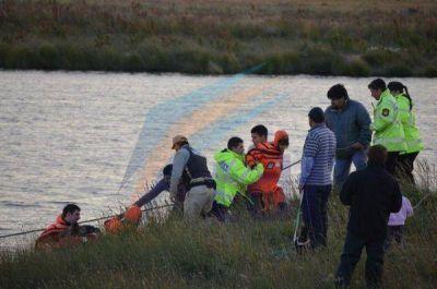 Rescataron a una pareja de pescadores del río Grande