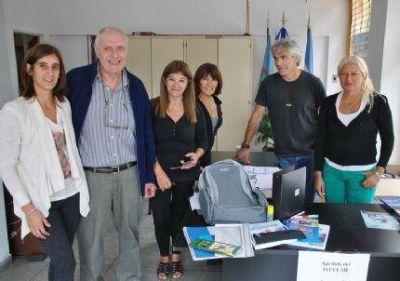 Entrega de mochila con útiles a hijos de afiliados de Utedyc