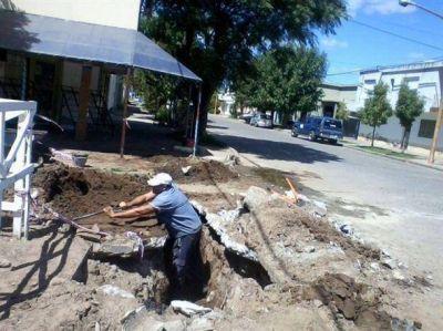 El personal de ABSA repara parte del asfalto que se desmoronó en una transitada esquina de Pehuajó
