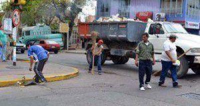 Más de 600 empleados salen a limpiar calles y acequias de Guaymallén