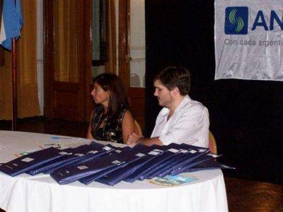 El viernes, ANSES entregó tarjetas Argenta y material para jubilados