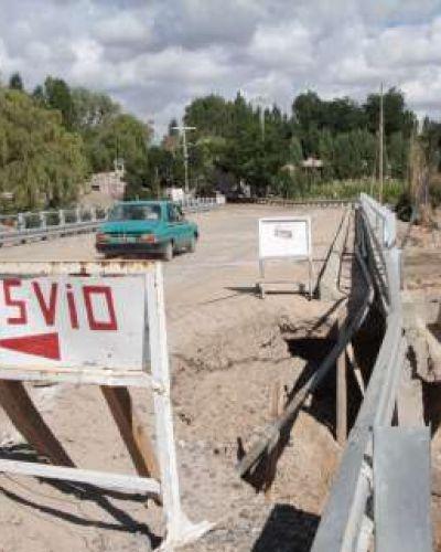 No tienen por dónde cruzar y usan un puente sin terminar