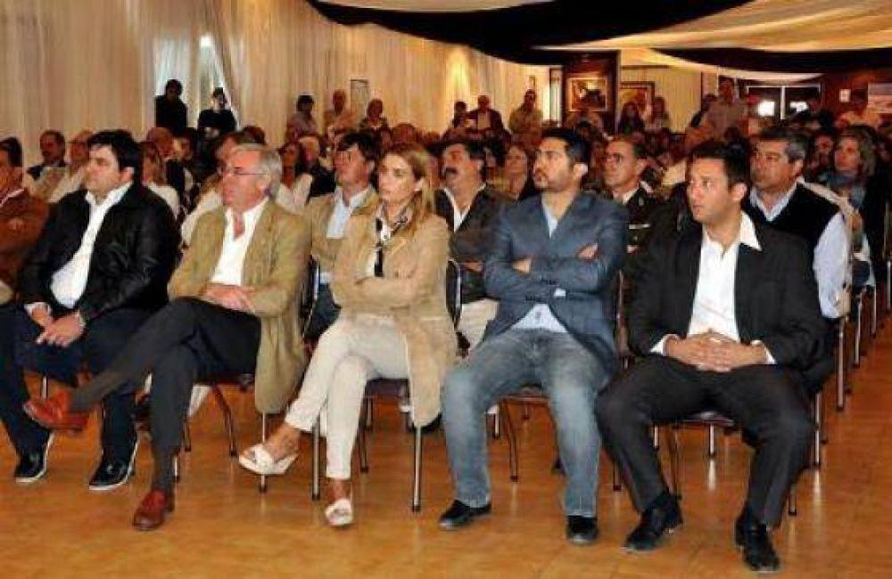 El gobierno acudió con anuncios a la inauguración de exposición ganadera