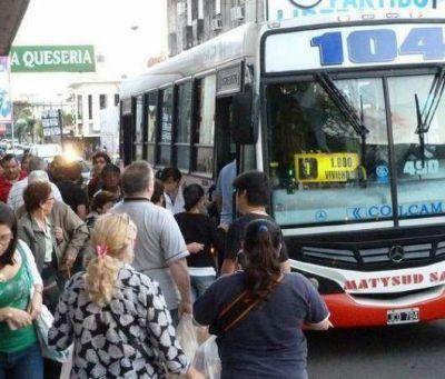 Quejas de pasajeros por la tardanza de colectivos urbanos