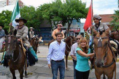 """En su cabalgata por tres provincias, el """"Negro"""" Cruz pasó por Resistencia"""