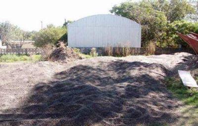 Tiró 25 mil kilos de girasol en subcomisaría