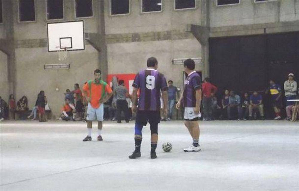 Comenzó la Copa Empleo en el gimnasio de Defensores