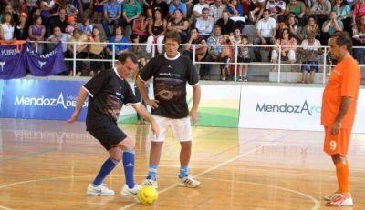 Pérez y Scioli jugaron al fútbol a beneficio de los damnificados por las tormentas