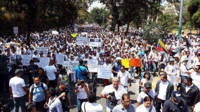 Opositores y chavistas marchan a un mes del inicio de las protestas en Venezuela