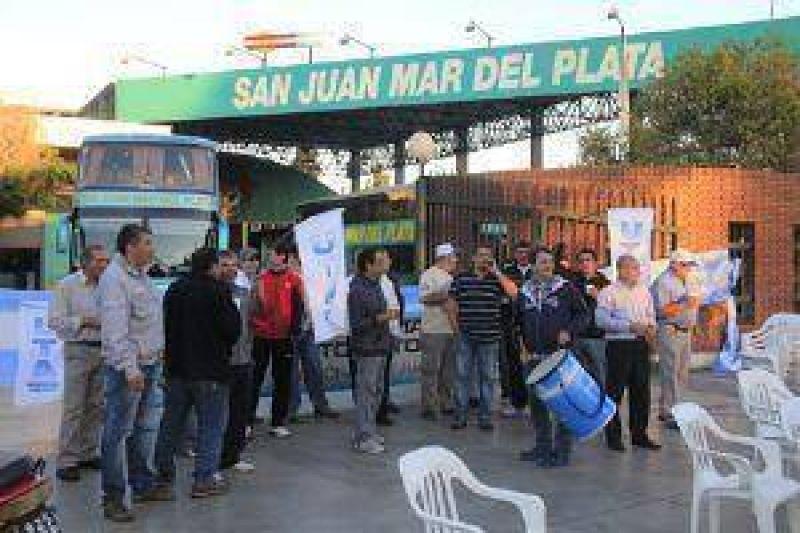 Bloqueo de trabajadores de UTA a empresa de colectivos local