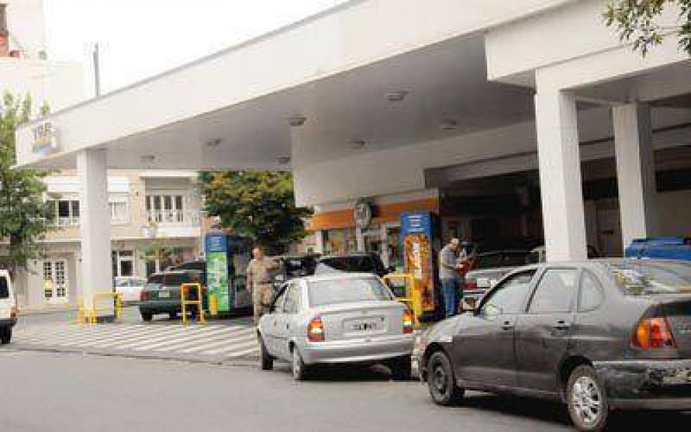 Cada vez hay más autos y menos estaciones de servicio en la ciudad