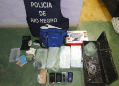 Secuestran drogas, armas y dinero en operativo en Roca