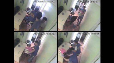 Un empleado de la financiera intentó ocultar pruebas durante el operativo que frenó Oyarbide