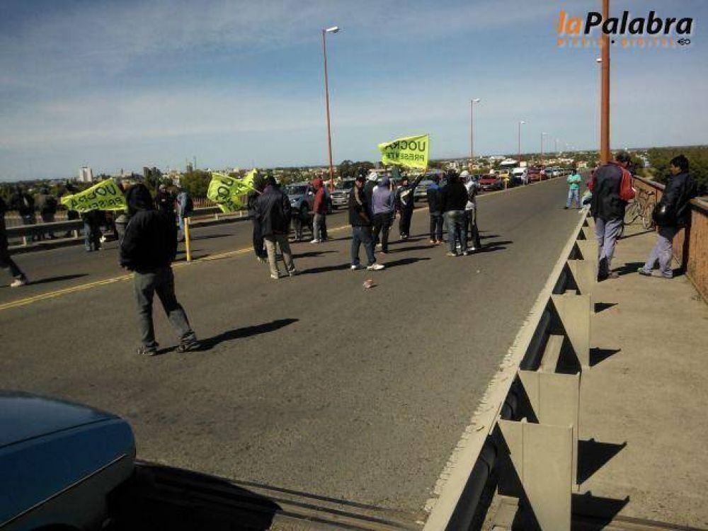 Obreros de la UOCRA cortaron los puentes durante casi cinco horas