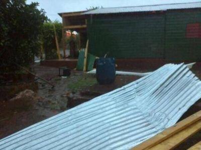 Por fuertes vientos, volaron techos en Puerto Esperanza
