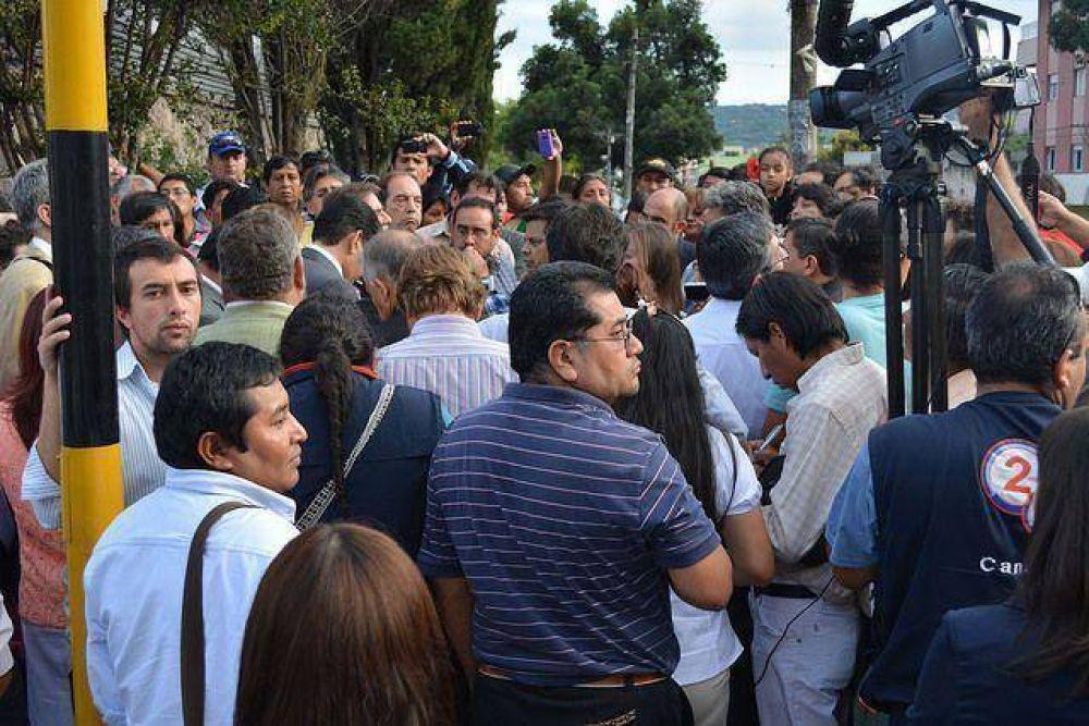 No dejaron entrar a gremialistas a la Legislatura y hablaron con los diputados en la calle