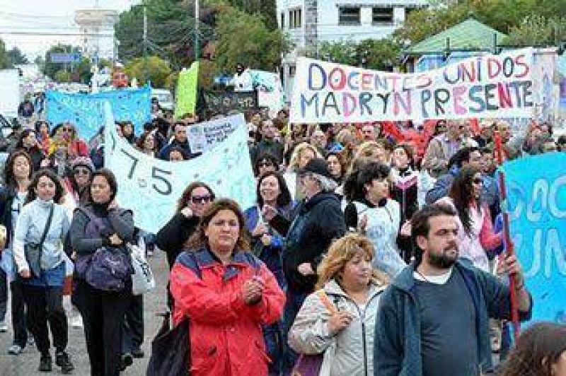 Buzzi en problemas: Multitudinaria marcha docente a Rawson