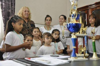 La Intendente Stella Giroldi recibió al Taller Municipal de Danzas de la Prof. Giuppone