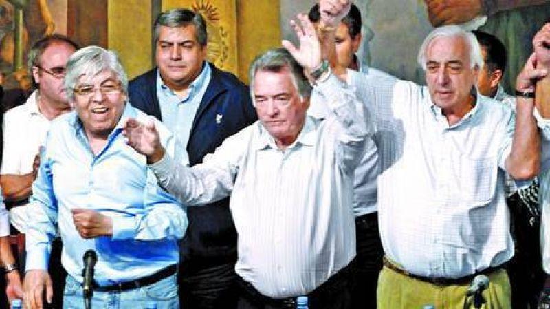 Los colectiveros amenazan ir al paro con Moyano y Barrionuevo