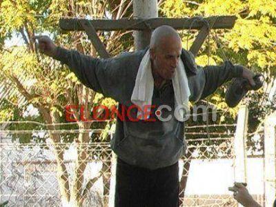 Insólito reclamo en Paraná: Un vecino se crucificó para que arreglen la calle donde vive