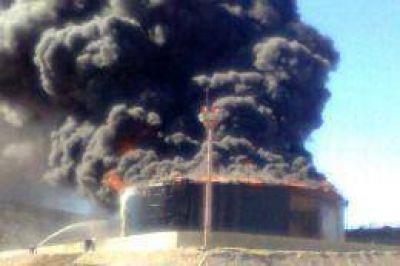 Analizan varias hip�tesis sobre la causa del incendio en la planta de YPF