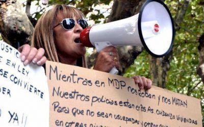 """Manifestantes en la puerta de la Departamental: """"Pulti cobarde y asesino"""""""