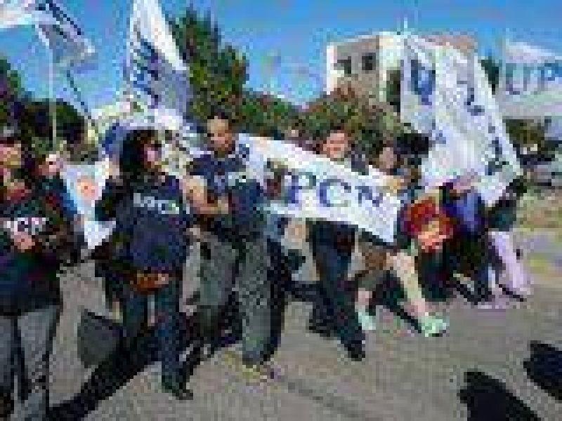 ATE, APROSA y UPCN cumplen con huelga y marcha, esperando la paritaria central en Rio Gallegos
