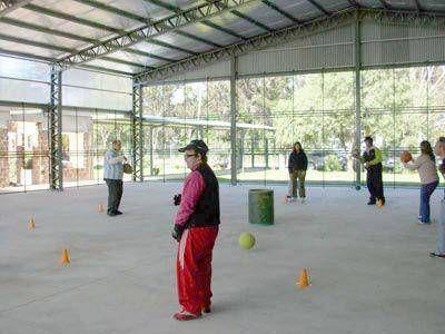 Entrega de materiales deportivos a dos instituciones locales