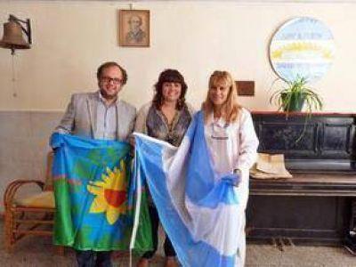 El Frente Renovador de Azul entregó Banderas Nacional y Provincial en la Escuela N° 18
