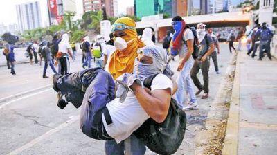 Perdigones y gases lacrimógenos, en otra noche de represión en Caracas