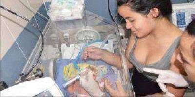 Niño que había nacido con solo 800 gramos se recuperó y recibió el alta