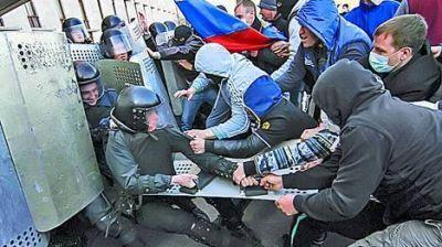 Ucrania: cientos de pro rusos atacan oficinas del gobierno