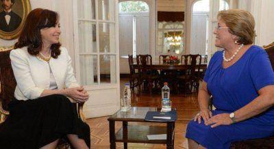 Cristina se reúne con Bachelet y busca reflotar el tren trasandino