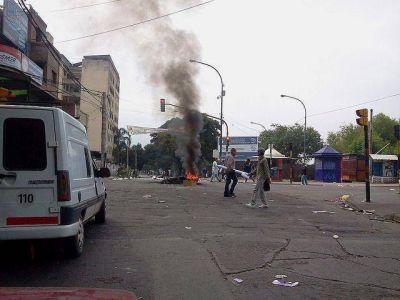 Jujuy: sin transporte, violencia y basurazo en el paro nacional