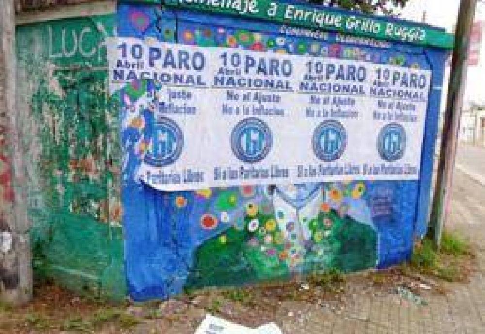 Fempinra pidió disculpas por los afiches pegados sobre el mural que recuerda al Grillo Ruggia