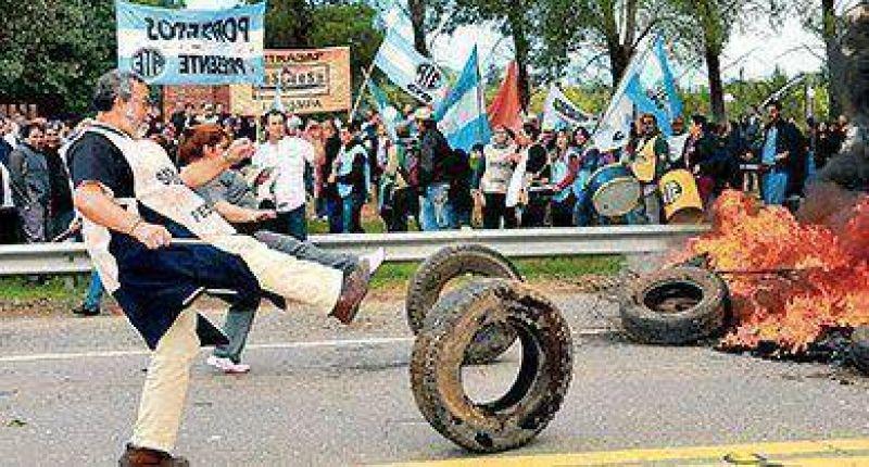 Ruidosa protesta contra el gobernador