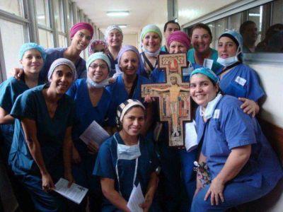 """La cruz de Francisco está """"haciendo lío"""" en Mar del Plata"""