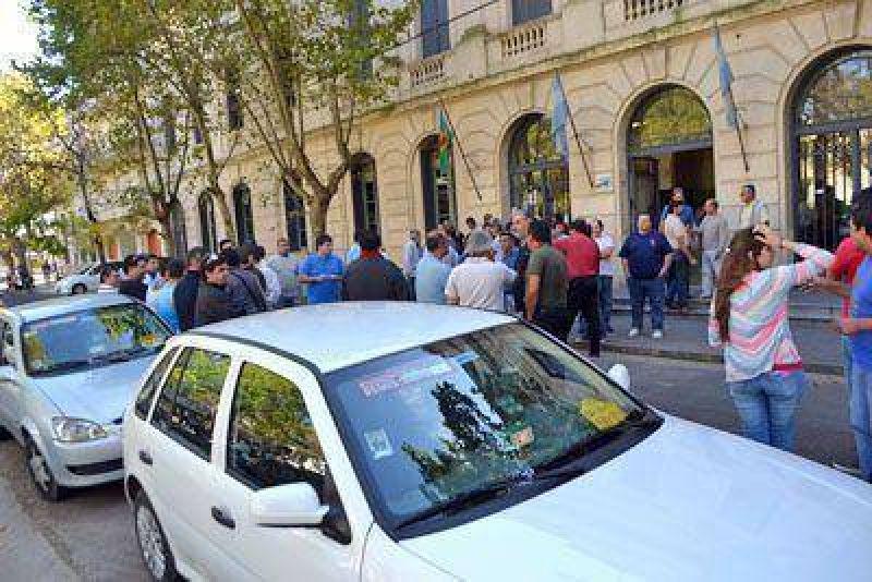 Remiseros se movilizaron hasta la Municipalidad para reclamar seguridad