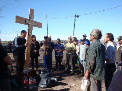 La cruz de Francisco peregrinó por las calles escoltada por miles de fieles