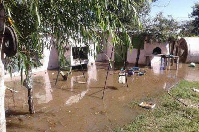 Ya hay unas 15 familias inundadas por la veloz crecida del río Salado