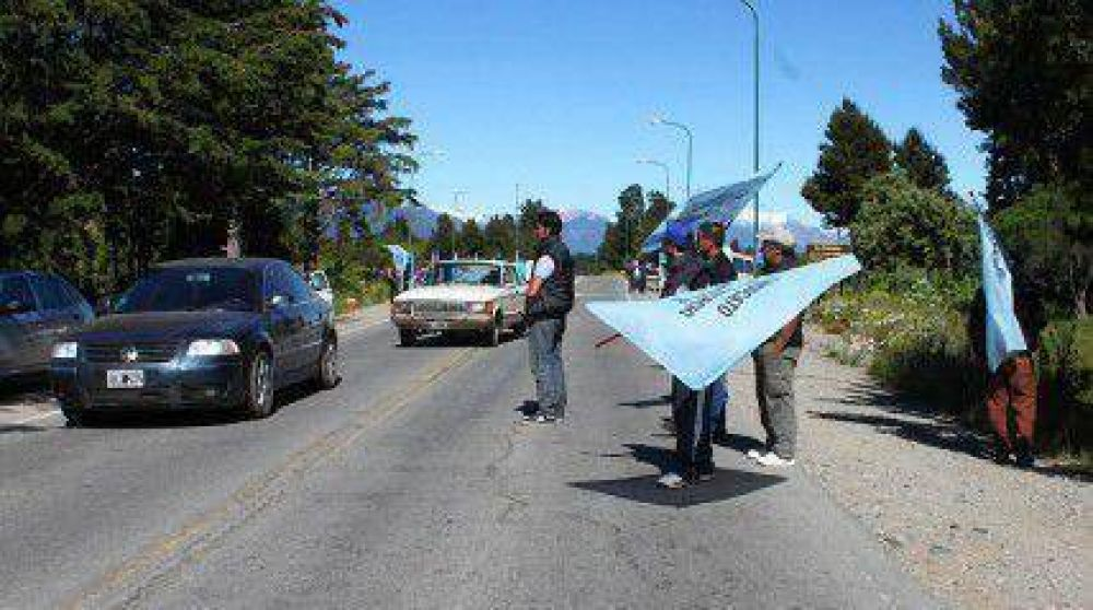 Empleados de Comercio cortaron parcialmente la ruta al Aeropuerto
